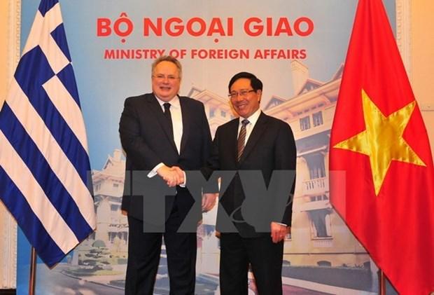 越南政府副总理兼外交部长范平明与希腊外交长尼科斯举行会谈 hinh anh 1