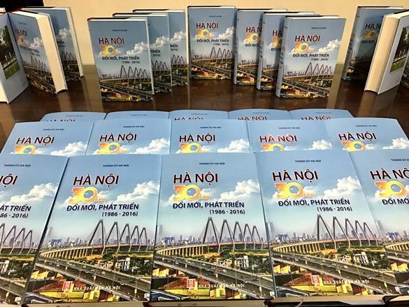 《河内——30年革新与发展》一书正式问世 hinh anh 1