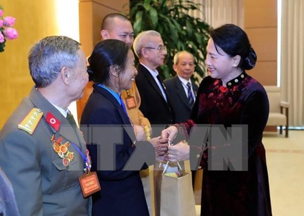 越南国会主席阮氏金银会见清化省模范公民及模范集体代表团 hinh anh 1