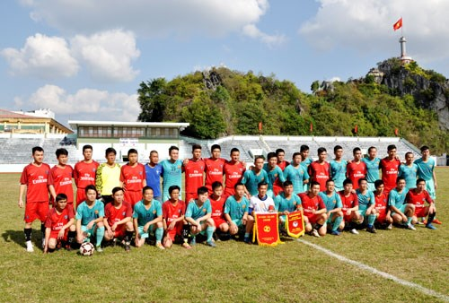 越南谅山省足球队与中国凭祥市足球队友谊赛在谅山省举行 hinh anh 1