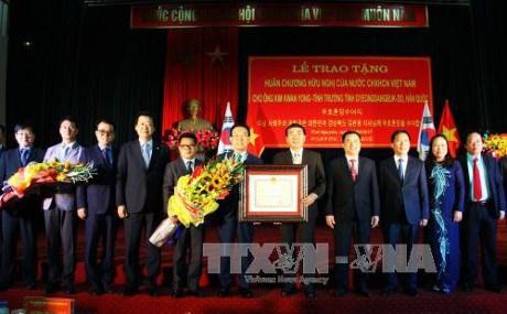 太原省领导向韩国庆尚北道省知事授予友好勋章 hinh anh 1