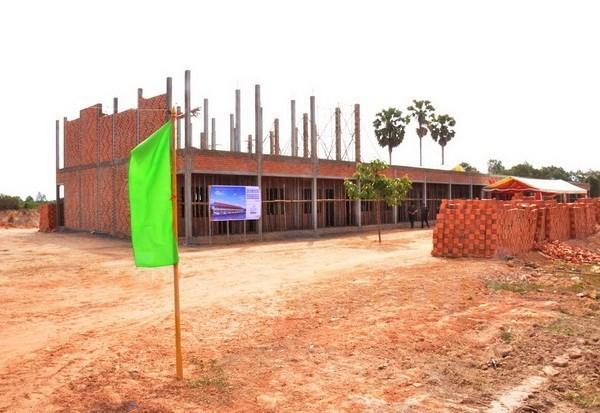 越柬建交50周年:越南援建的柬埔寨Techo工兵学校教学楼正式竣工 hinh anh 3