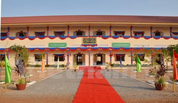 越柬建交50周年:越南援建的柬埔寨Techo工兵学校教学楼正式竣工 hinh anh 1
