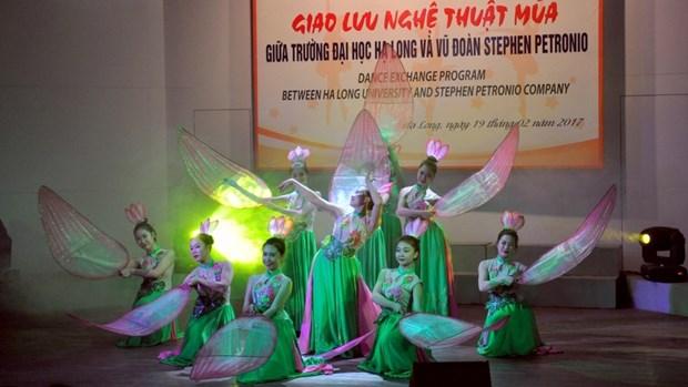 下龙大学与美国斯蒂芬•贝托尼奥舞团的舞蹈艺术交流活动 hinh anh 1