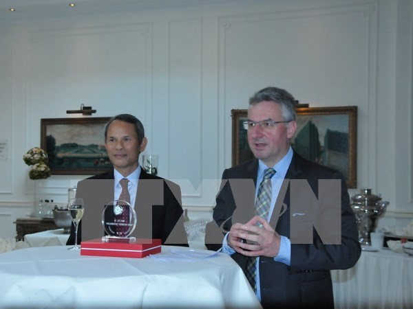 越南驻比利时大使馆举行热爱越南的欧洲友好议员见面会 hinh anh 1