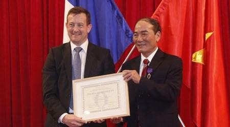 承天顺化省两名个人获法国学术界棕榈叶骑士勋章 hinh anh 1