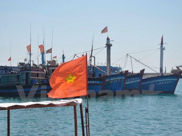 向越南广义省李山县渔民赠送3000面国旗 hinh anh 1