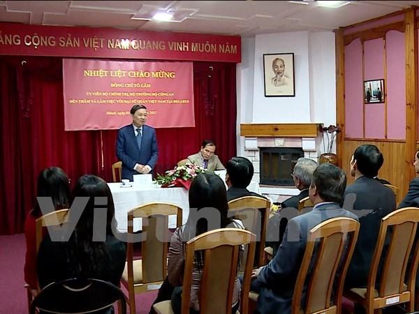 越南公安部部长苏林造访越南驻白俄罗斯大使馆 hinh anh 1
