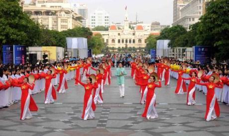 3000名女生身穿奥黛游行 庆祝胡志明市奥黛节 hinh anh 4