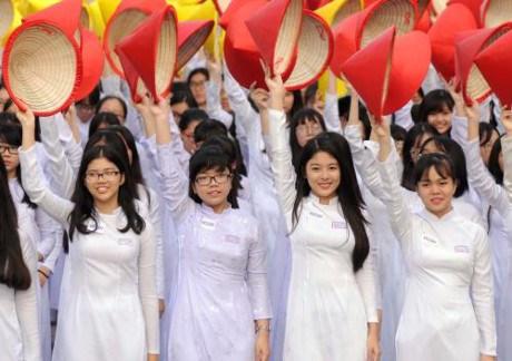 3000名女生身穿奥黛游行 庆祝胡志明市奥黛节 hinh anh 5