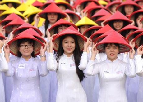 3000名女生身穿奥黛游行 庆祝胡志明市奥黛节 hinh anh 6