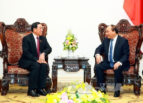 越南政府总理阮春福会见老挝公共工程与运输部长 hinh anh 1