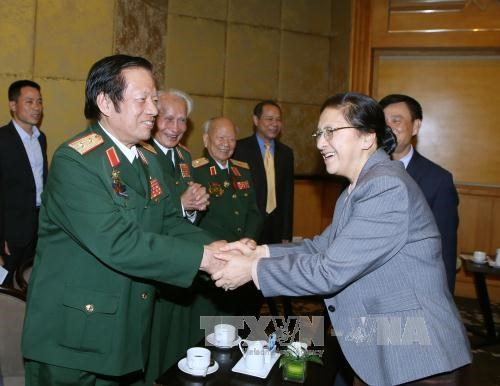 老挝国会主席巴妮·雅陶都会见越老友好协会代表 hinh anh 1