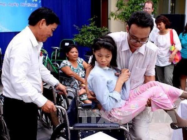 日本前首相鸠山由纪夫向越南残疾人赠送60辆轮椅 hinh anh 1