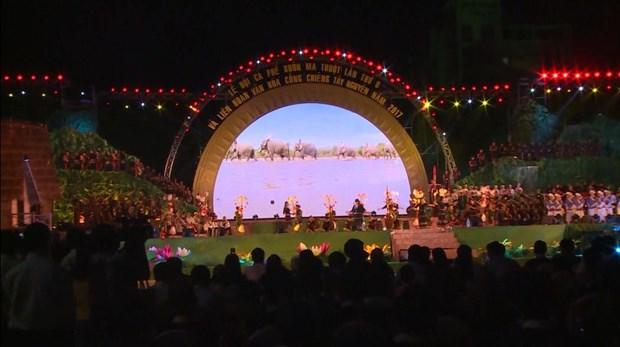 精彩的西原锣钲演奏和民间木雕亮相2017年西原锣钲文化节 hinh anh 1