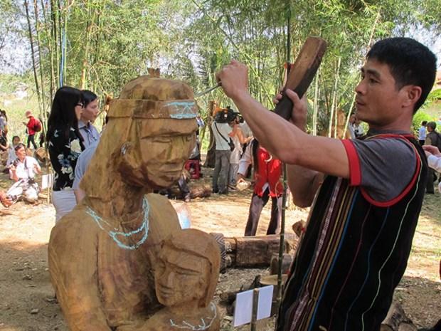 精彩的西原锣钲演奏和民间木雕亮相2017年西原锣钲文化节 hinh anh 2