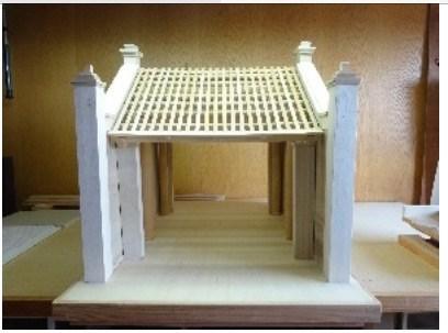 河内博物馆接受日本教授捐赠的蒙阜村口牌楼模型 hinh anh 1