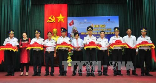 黄沙、长沙归属越南:历史证据和法律依据地图资料展在富国县举行 hinh anh 1