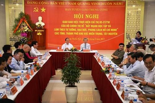越南全国各地积极贯彻中央政治局关于学习胡志明思想道德的5号指示精神 hinh anh 1