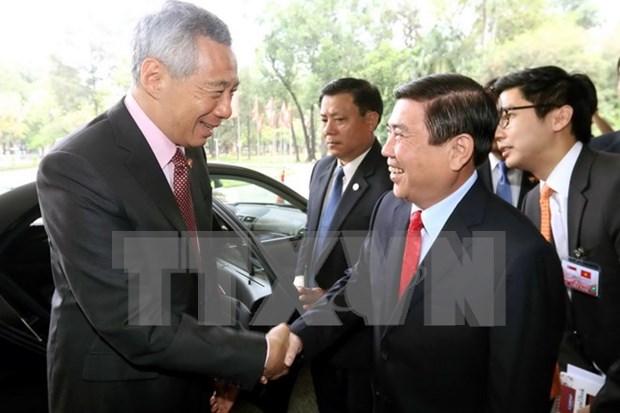 胡志明市人民委员会主席会见新加坡总理 hinh anh 1
