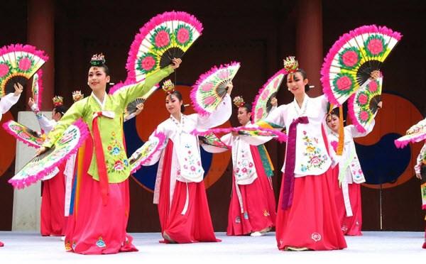 2017年越韩文化节汇聚两国许多著名歌手 hinh anh 1