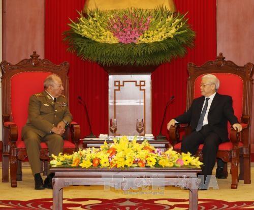 越共中央总书记阮富仲会见古巴革命武装力量部部长 hinh anh 2