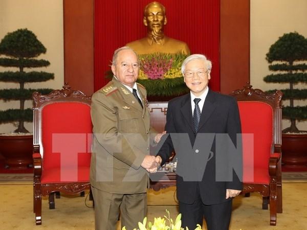 越共中央总书记阮富仲会见古巴革命武装力量部部长 hinh anh 1