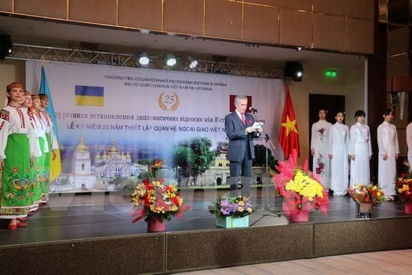越乌建交25周年庆祝招待会在乌克兰举行 hinh anh 1