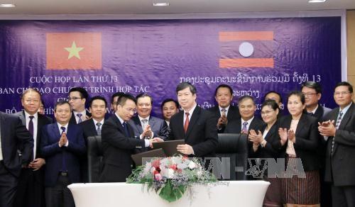 老挝总理通伦·西苏里高度评价老越两国财政部的合作 hinh anh 1