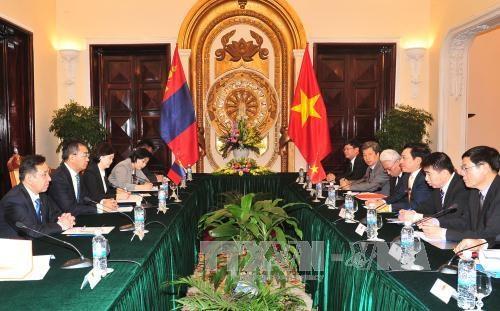 越南政府副总理兼外交部长范平明同蒙古外长蒙赫奥尔吉勒举行会谈 hinh anh 1