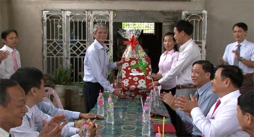 同塔省代表团访问柬埔寨 向越裔柬埔寨人致以节日祝福 hinh anh 1