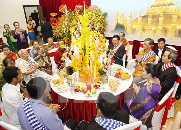 老挝驻越大使馆举行泼水节活动 庆祝老挝传统新年 hinh anh 1