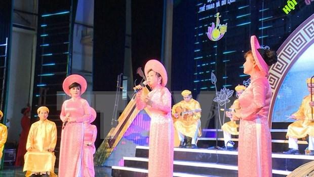 """""""南部才子弹唱——南方地区的宝物""""比赛在越南平阳省开幕 hinh anh 1"""