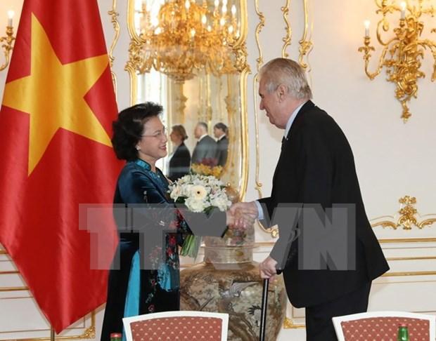 越南国会主席阮氏金银会见捷克总统米洛什·泽曼 hinh anh 1