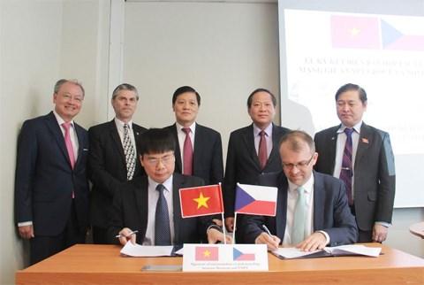 越南邮政电信集团与捷克Novicom公司签署网络安全合作备忘录 hinh anh 1