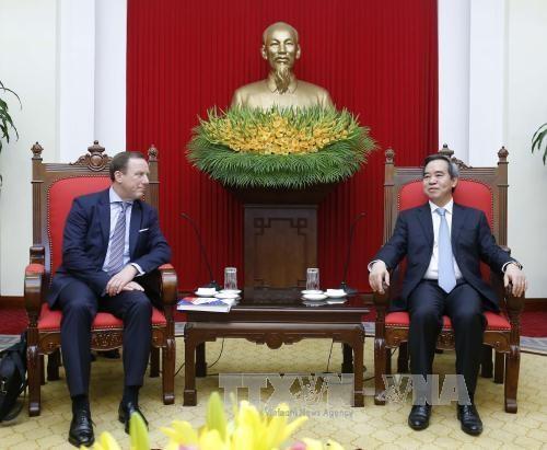 越共中央经济部部长阮文平:越南一向欢迎欧洲企业赴越投资 hinh anh 1