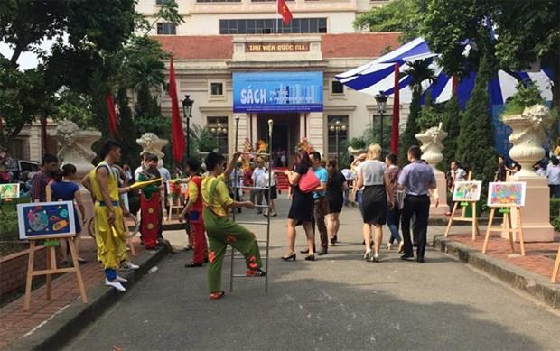 2017年越南图书节吸引众多读者前来参观 hinh anh 1