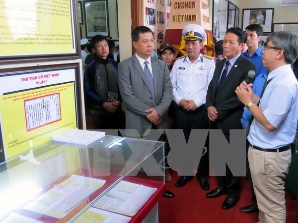 """""""黄沙和长沙群岛归属越南:历史证据和法律依据""""资料图片展在广南省举行 hinh anh 1"""