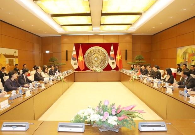 越南国会主席阮氏金银同韩国国会议长丁世均举行会谈 hinh anh 2