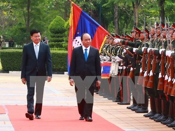 老挝总理通伦·西苏里偕夫人举行仪式欢迎越南政府总理阮春福到访 hinh anh 2