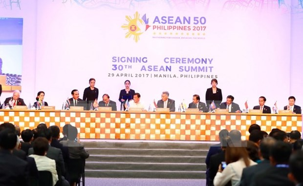 越南政府总理阮春福出席第30届东盟峰会闭门会议 hinh anh 1