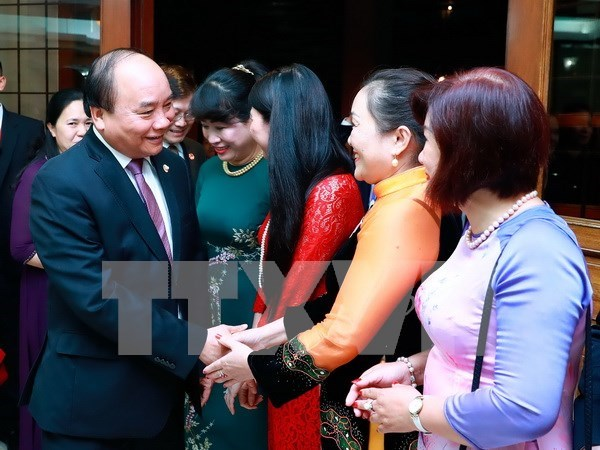 政府总理阮春福与越南驻菲律宾大使馆干部职员和旅菲越侨会面 hinh anh 1