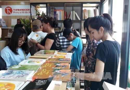 河内图书街今日开街 为读者创造阅读空间 hinh anh 1