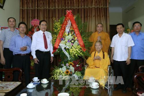 越南祖国阵线中央委员会领导走访慰问越南佛教教会证明理事会副法主 hinh anh 1