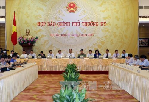 越南政府4月份例行记者会就舆论关注的问题进行解答 hinh anh 1