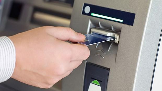 利用伪造银行卡骗取他人存款的三名中国男人在越南被捕 hinh anh 1
