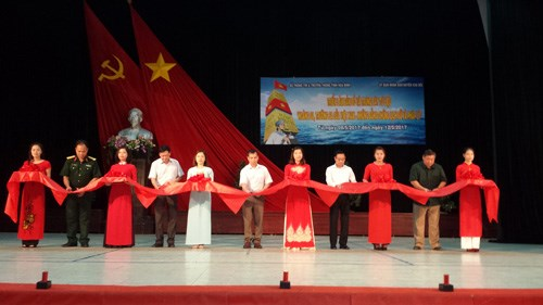 """""""黄沙与长沙归属越南:历史证据和法理依据""""地图和资料展在和平省举行 hinh anh 1"""