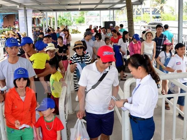 夏季旅游节第一周广宁省接待游客量达近50万人次 hinh anh 1