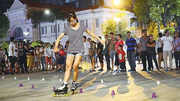 胡志明市首次在阮惠步行街举行街头艺术表演活动 hinh anh 1