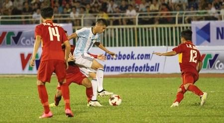 越阿友谊足球赛:越南U20足球队1比4败于阿根廷U20足球队 hinh anh 1